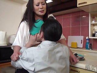 Мужик разводит на секс грудастую японскую жену своего пьяного спящего друга