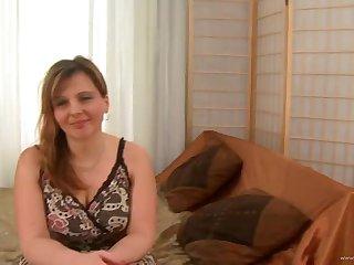 Возбуждающее порно с жопастой рыжей нимфой на мягком диване