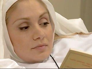 Две красивые монашки грешат в монастыре, занимаясь лесбийским сексом