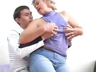 Толстая русская мамочка трахается с молодым студентом