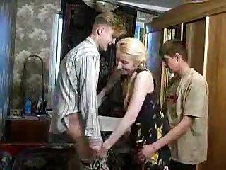 Русская порнушка два молодых парня ебут худую мамку в возрасте