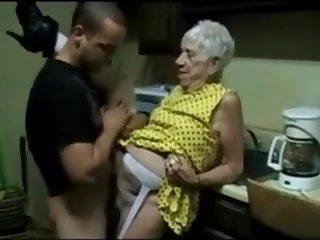 Молодой парень трахает седую старуху на кухне
