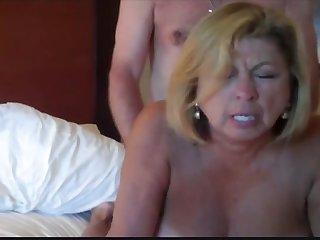 Порно грудастую бабшку трахают в большую задницу