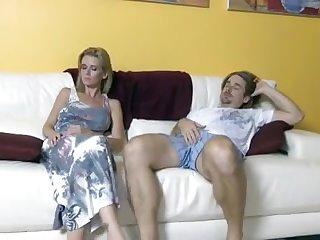 Горячо выебал на диване 35 летнюю сучку, предложив перепихнуться