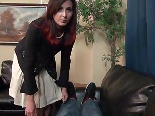 Домашний секс на диване со взрослой тетушкой Helena Price