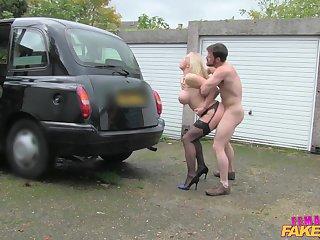 Мужик трахает в машине роскошную водительницу такси