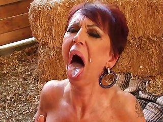 Старая хозяйка трахается на ферме с молодым работником