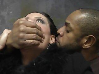 Чёрный хулиган принудил к сексу сисястую женщину