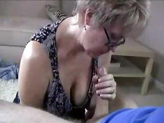 Зрелая хозяйка показала как правильно дрочить