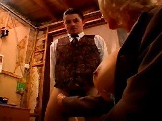 Молодому официанту выпала честь трахнуть зрелую дамочку