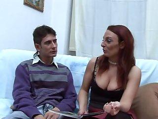 Зрелая итальянка не стала скучать с молодым жеребцом